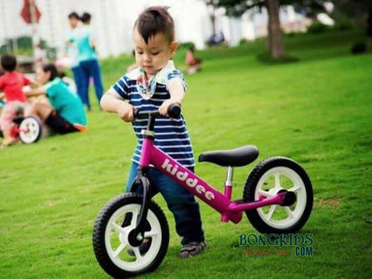 Xe thăng bằng cho bé Kiddee màu hồng