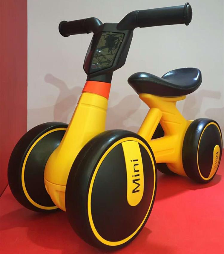 Xe chòi chân trẻ em 168 màu vàng
