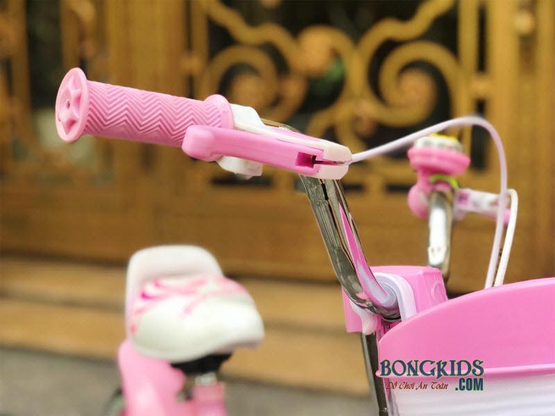 Tay lái xe đạp hồng cho bé gái
