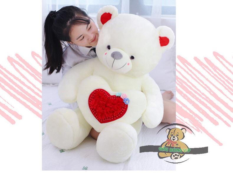 Gấu ôm tim hoa màu trắng