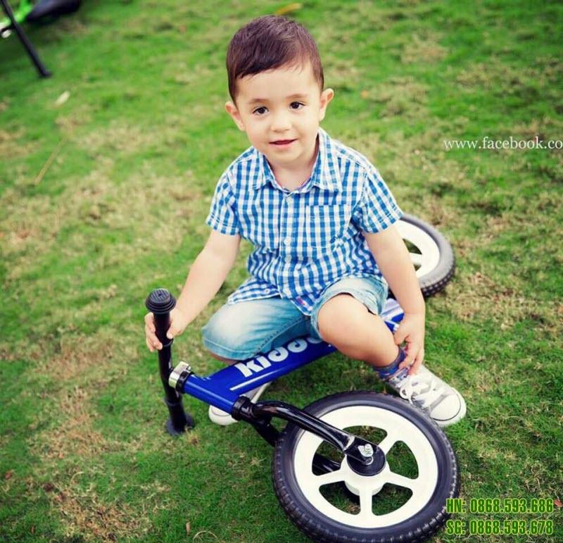 Xe thăng bằng cho bé Kiddee màu xanh