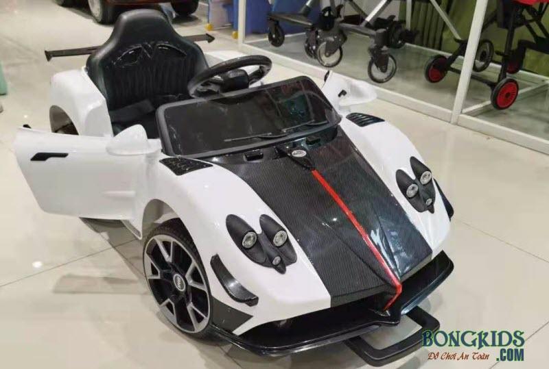 Xe ô tô điện trẻ em màu trắng