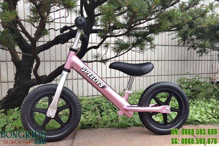 Xe thăng bằng màu xanh cho bé màu hồng